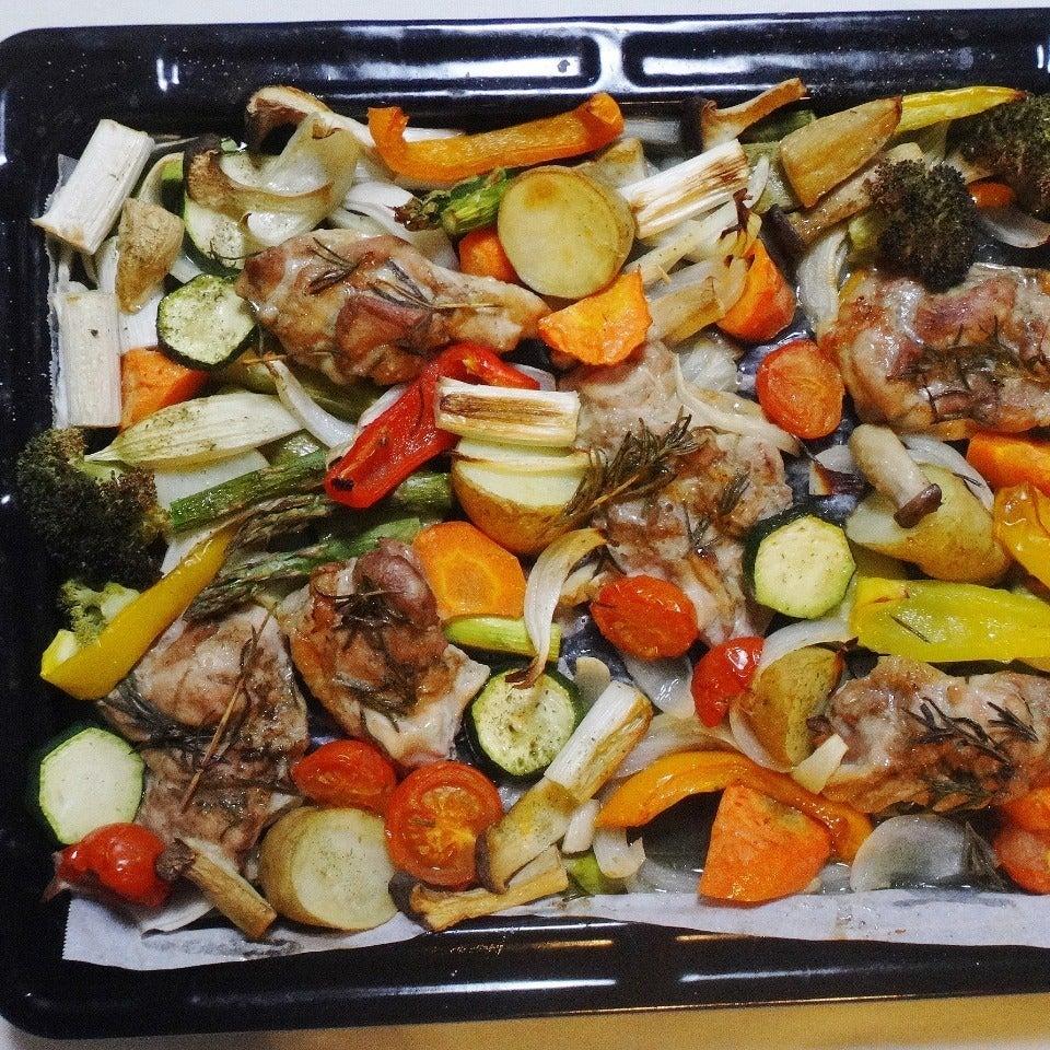 出来上がりは、こんがり香ばしい焼き目が入ったチキンと彩り野菜のグリル\u201cぎゅうぎゅう焼き\u201dです。
