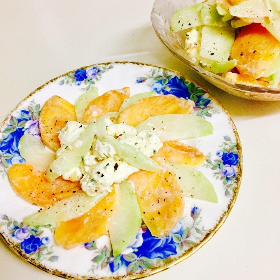 青い花柄のお皿に盛られた柿とはやとうりのラペ