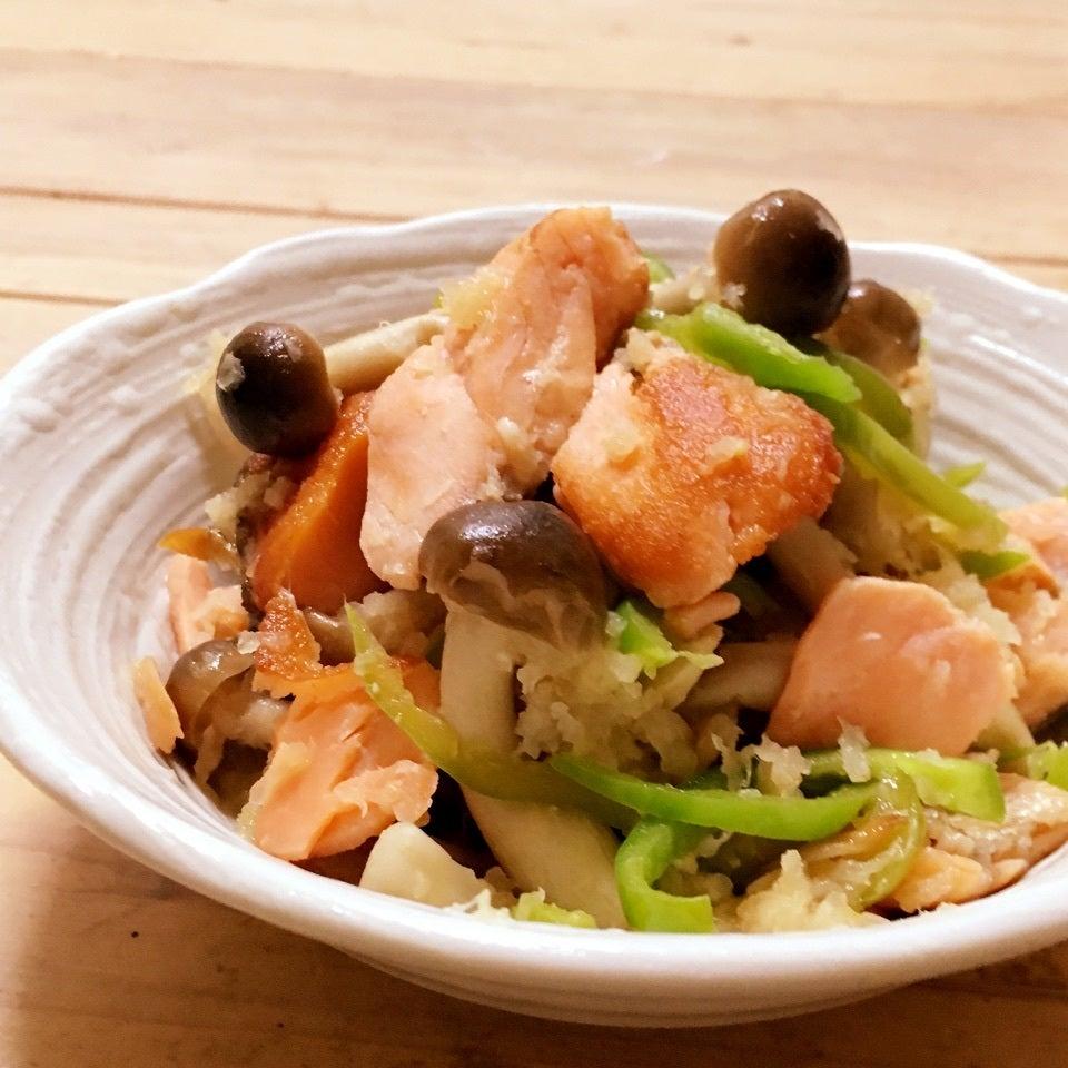 ひと口サイズに切った塩鮭、細切りピーマン、しめじのおろポン酢和え