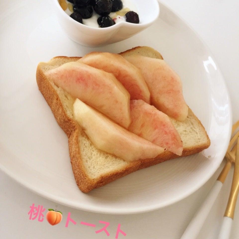 薄ピンク色が美しい桃を乗せた桃トーストの写真