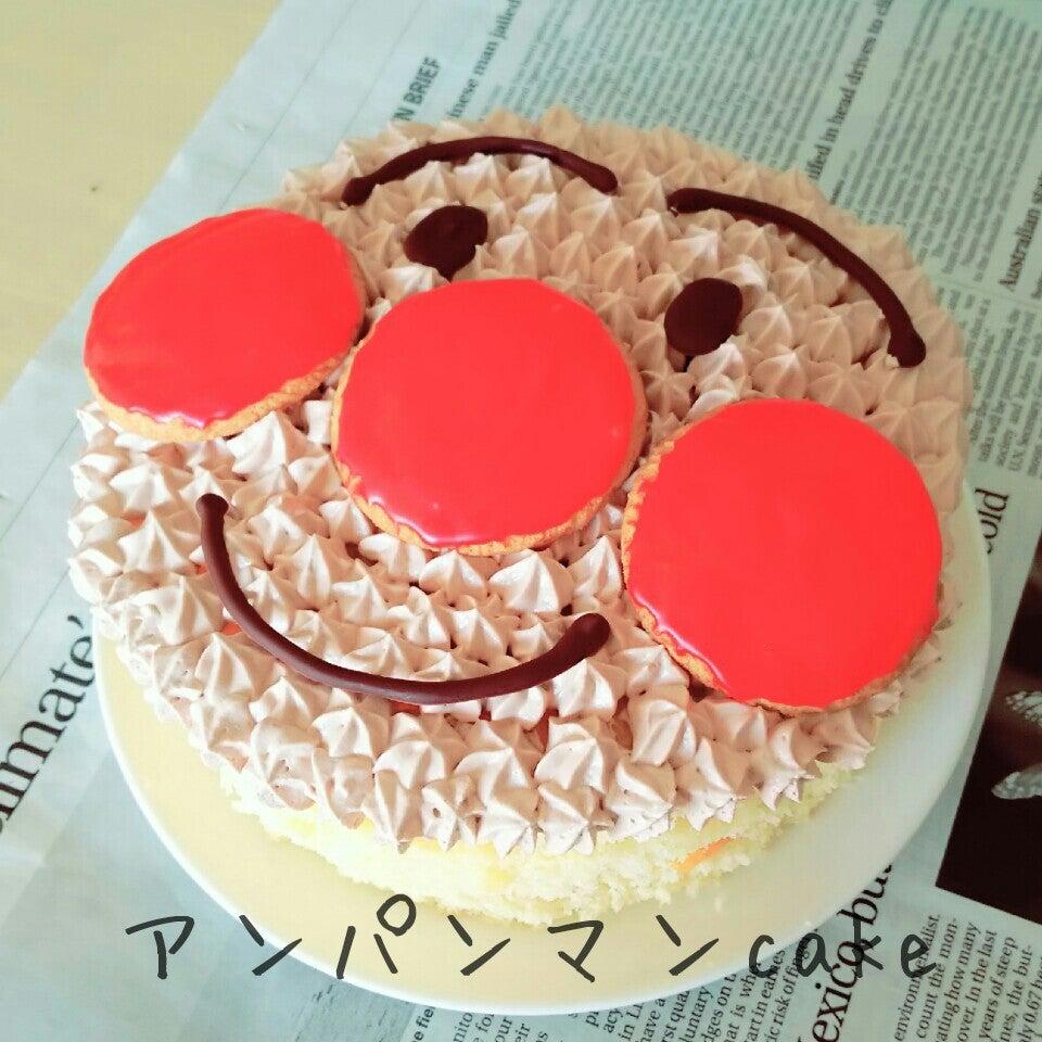 クリームとアイシングクッキーとチョコペンで作るアンパンマンケーキ