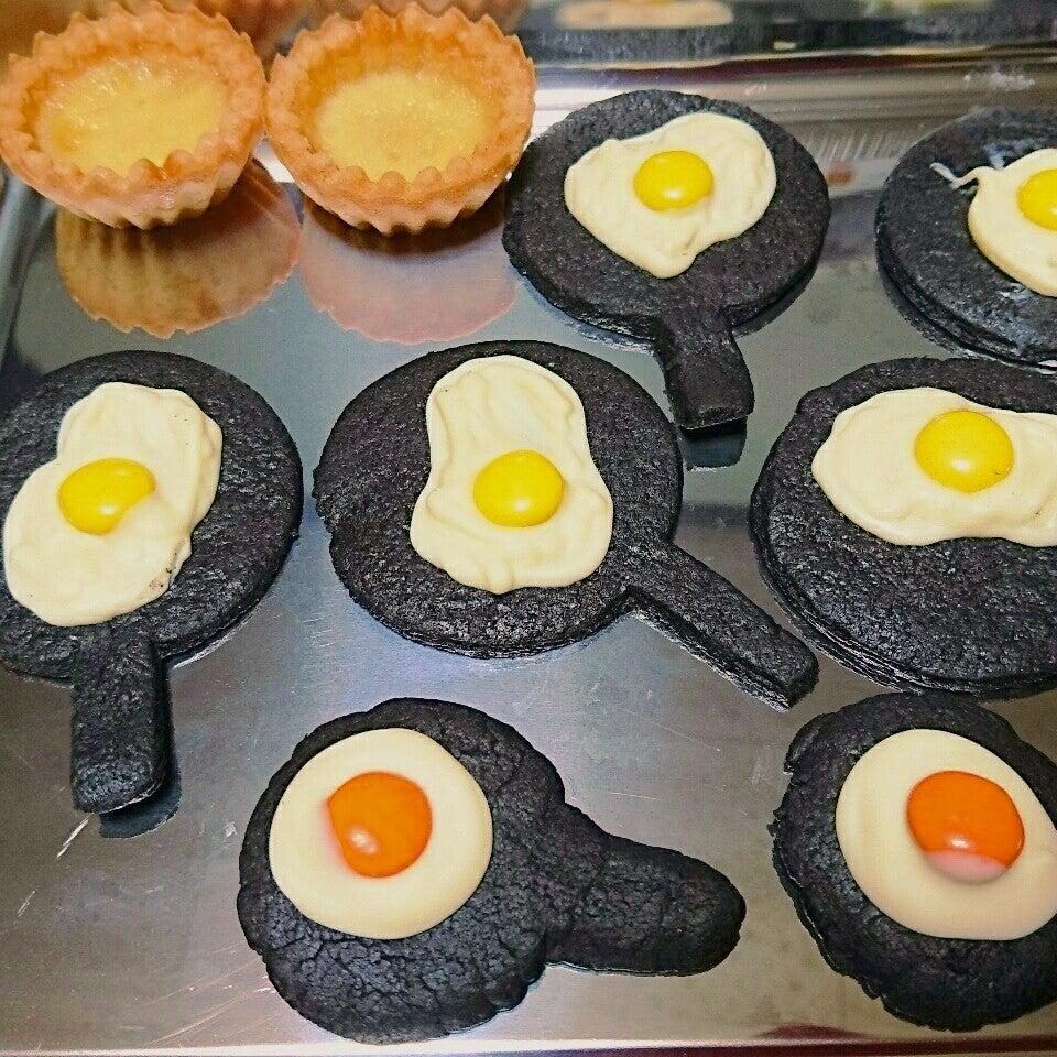 2色の目玉焼きクッキーの写真