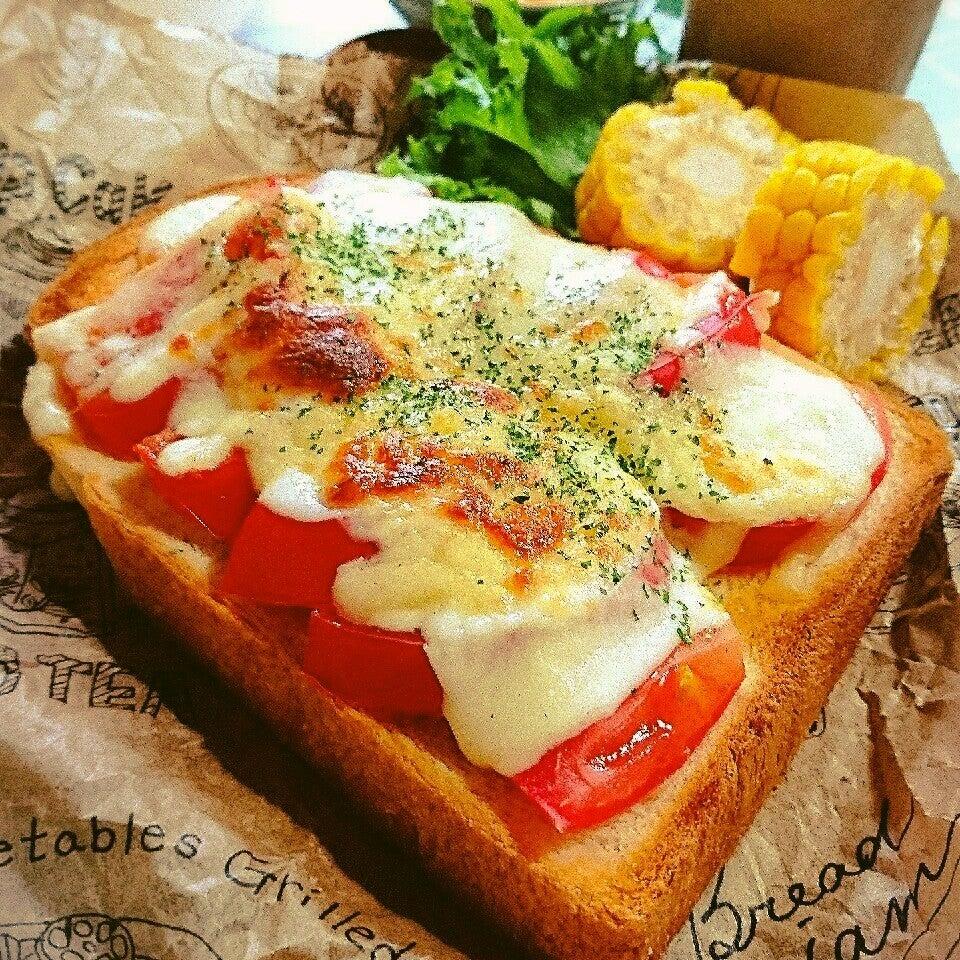 4. モッツァレラチーズとトマトのトースト