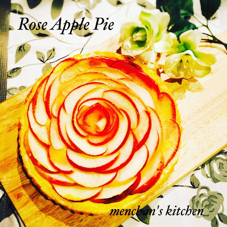 ホールサイズのバラのアップルパイ