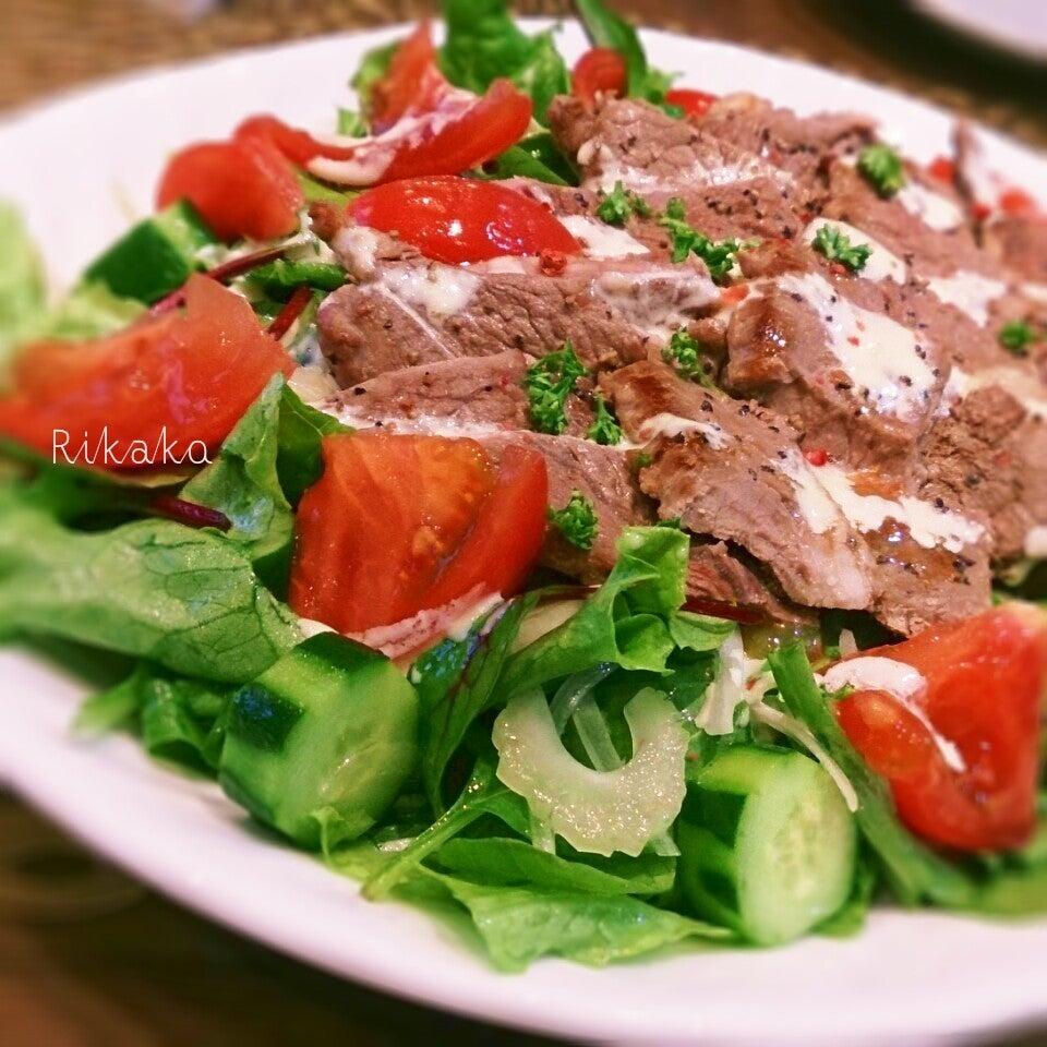 レタスやセロリ、トマトなどがバランスよくのったステーキサラダ
