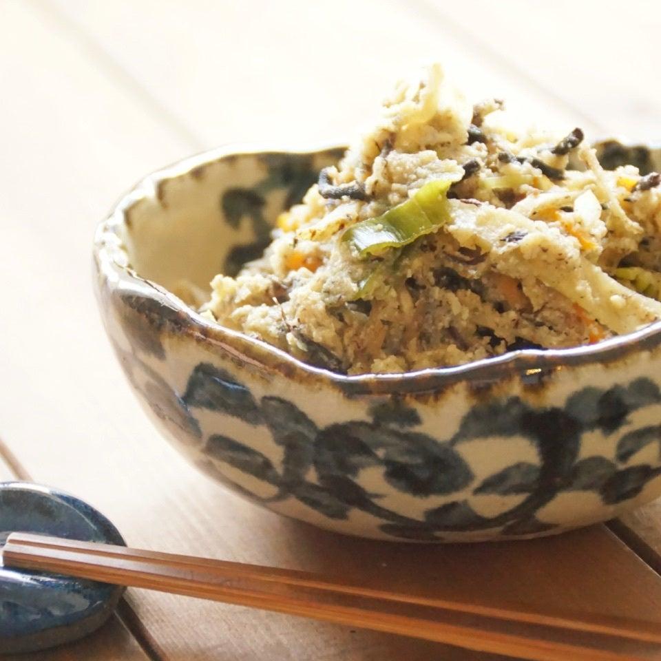 和食器に盛られた、生おからとしいたけのひじき煮