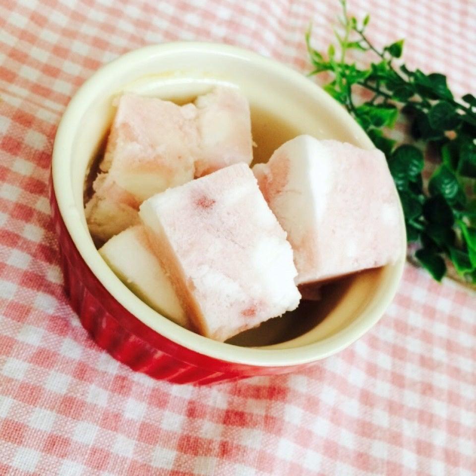 赤い食器に盛られた、フローズンマシュマロヨーグルト
